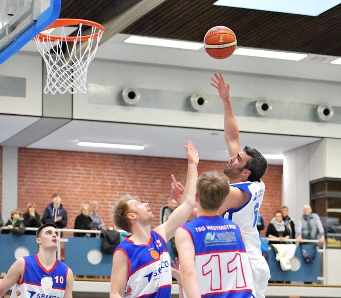 Durch den Sieg über Westerstede und die Niederlage der SBB Baskets Wolmirstedt haben Oscar Andres & Co. weiter Chancen auf Tabellenplatz drei. (Foto: Elsen)