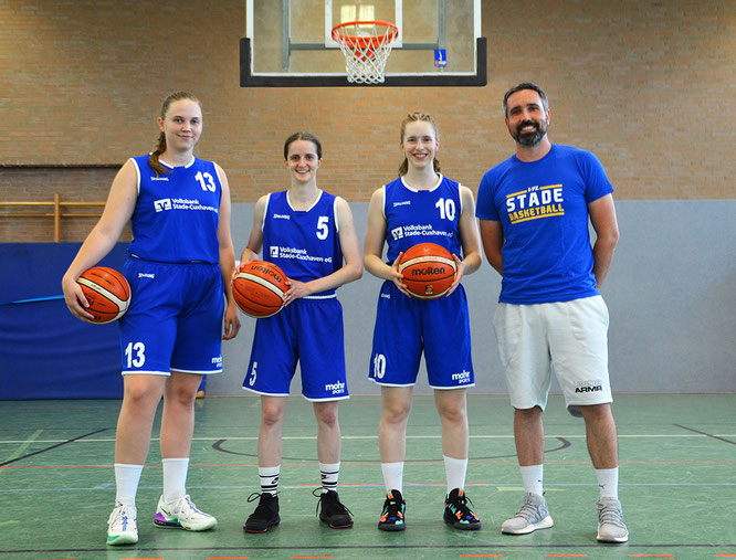 Carla Fromme, Sarah Budewig und Sophie von Ass (v.l.) kehren zurück zu ihrem Heimatverein. Coach Steve Göde freut sich über die drei erfahrenen Neuzugänge. (Foto: Moradi)