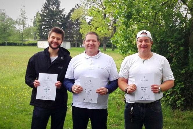 Unsere Gewinner in der Kategorie Recurve Herren: Christian Späte auf dem 3. Platz (l.), Olaf Koch auf dem 2. Platz (r.) und John Henn auf dem 1. Platz (m.)