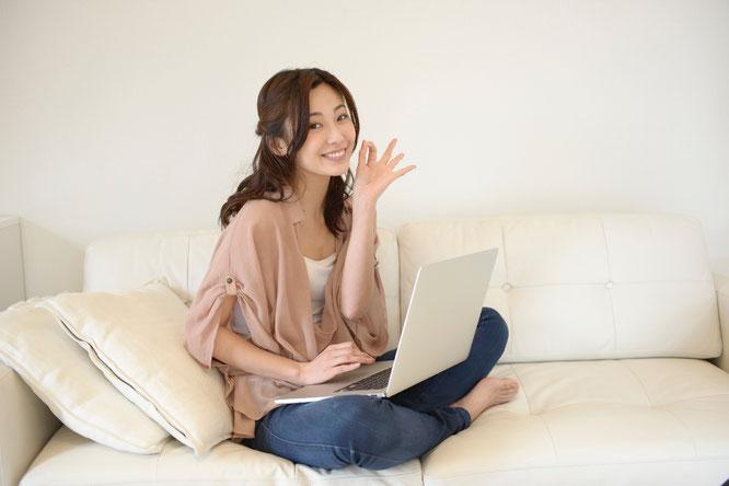 PCを使いこなしてメールで相談の予約をする女性