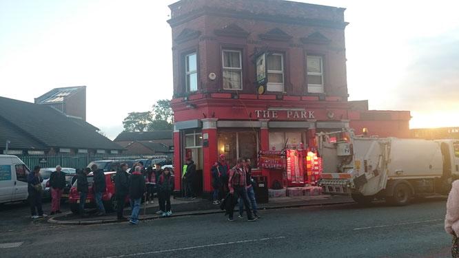 Ein Securitymann hat uns gebeten, den Hintereingang des Pubs zu benutzen, wo circa 30 Leute warteten.