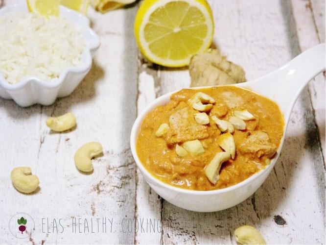 Indisches Butterhuhn mit Reis und Cashewnüssen dekoriert