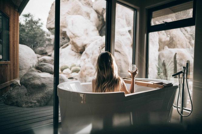 Frau genießt ein Bad