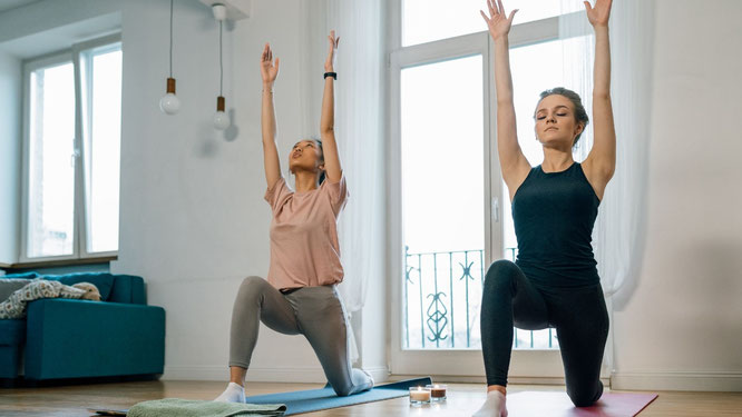 Frauen bei Hatha-Yoga-Übungen