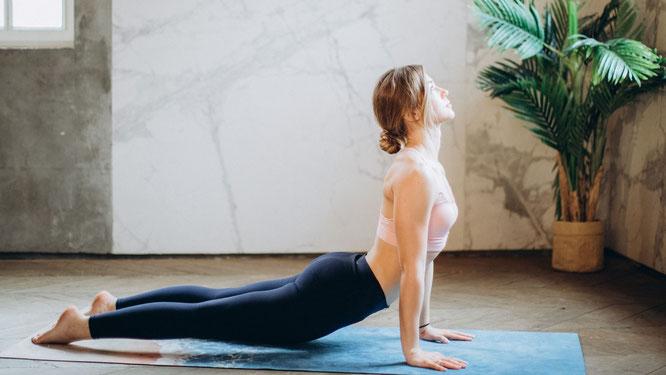Frau beim Ashtanga Yoga