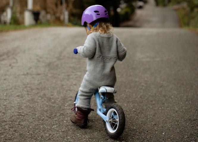 Kind mit Laufrad