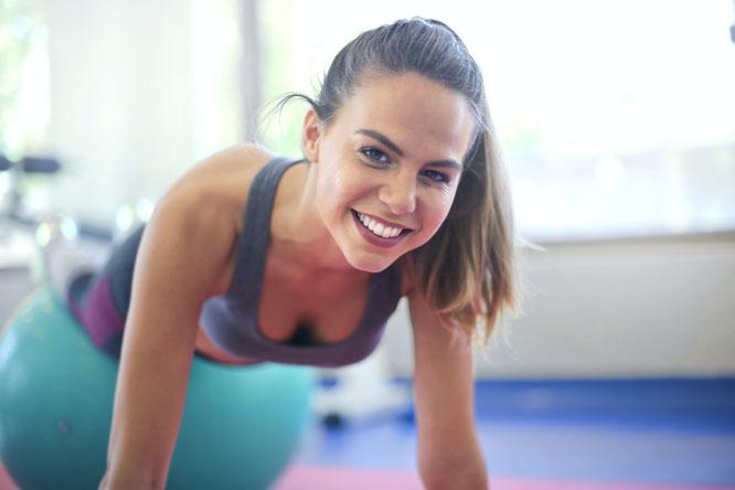 Frau macht Sport mit Personal-Trainer