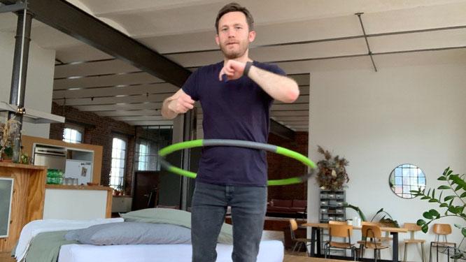 Mann macht Hula Hoop