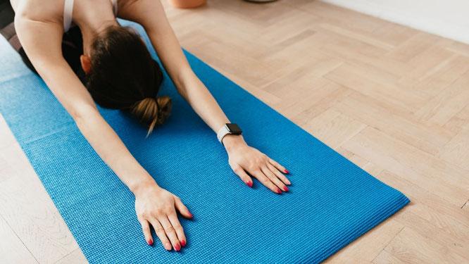 Frau beim Yin Yoga