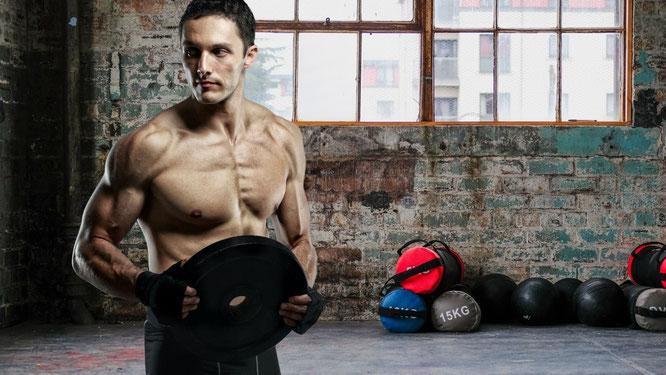 Mann trainiert Brustmuskeln zuhause