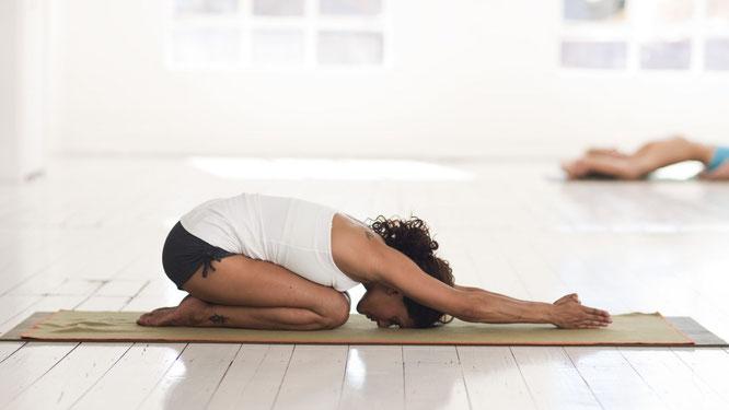 Frau macht Hatha Yoga