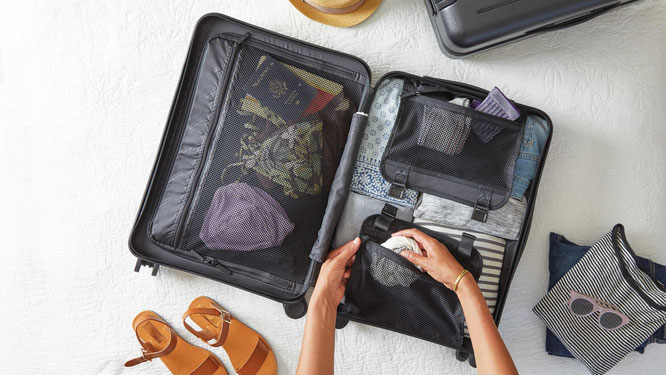 Frau packt Koffer für Reise