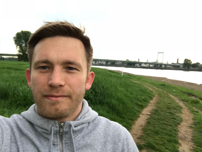 Sebastian Priggemeier läuft am Kölner Rheinufer