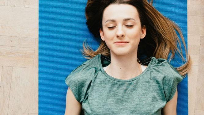 Frau bei der Yoga-Nidra-Meditation