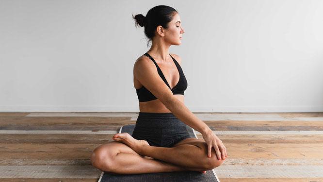 Frau macht Yoga für Schwangere