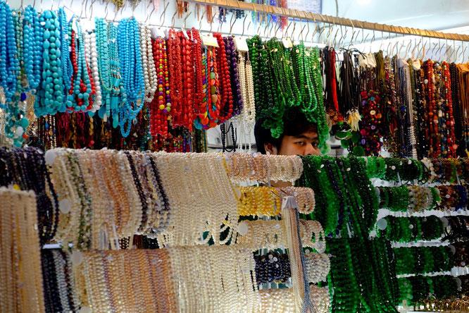 Schmuckverkäufer zwischen Perlenketten, Ben Thanh Market, Ho Chi Minh Stadt, Vietnam