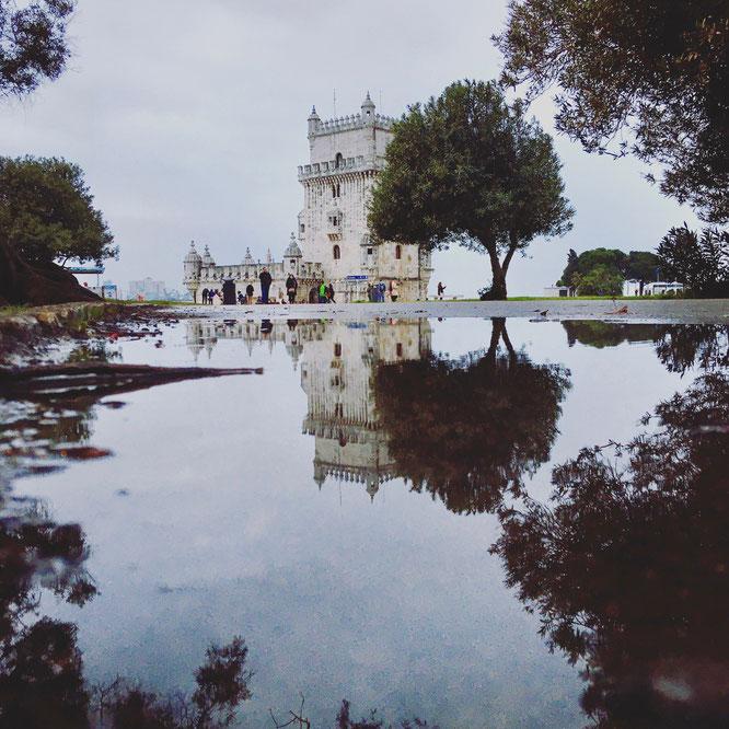 Torre de Belém mit Spiegelung im Wasser