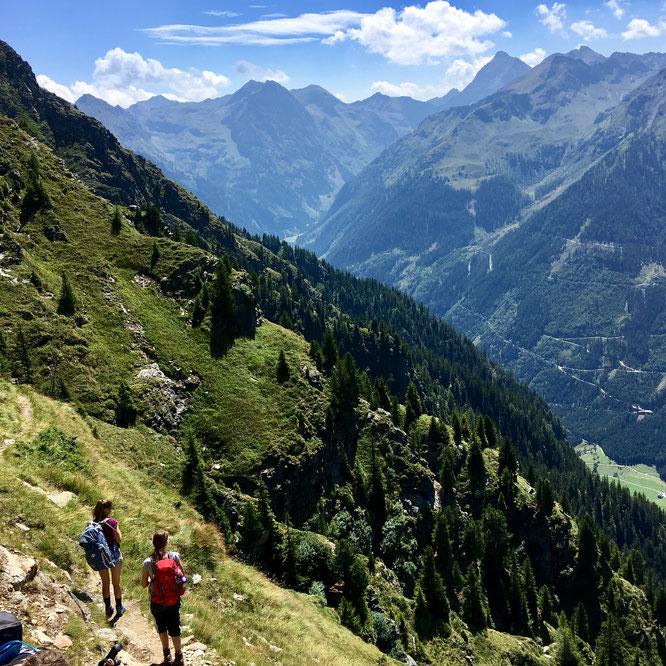 Zwei Wanderer vor Bergpanorama auf dem Schladminger Höhenweg