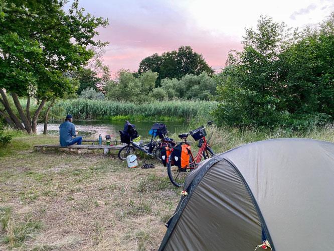 Biwakplatz in Mögelin direkt an der Havel Zelt Fahrräder