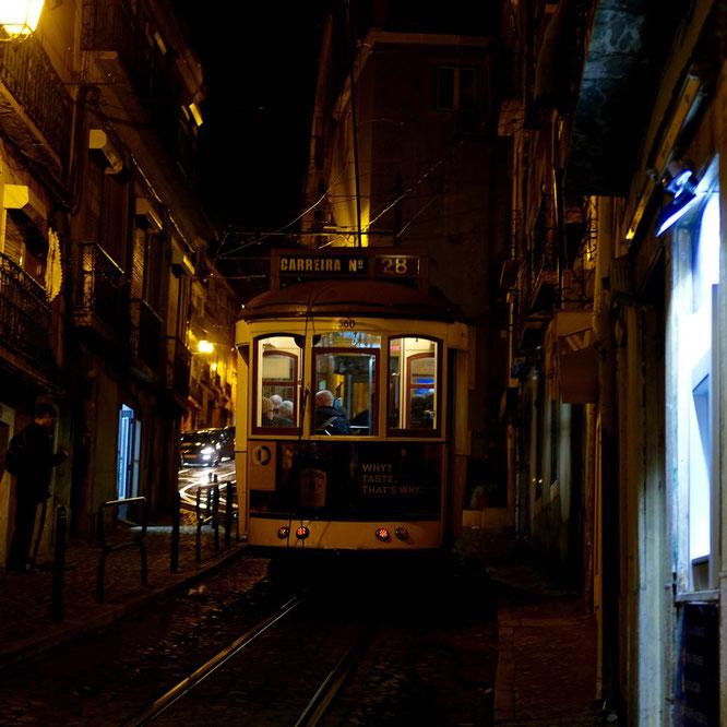 Tram in Lissabon. Alfama