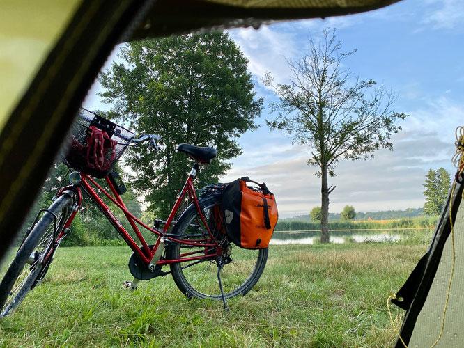 Zelt und Fahrrad auf Radreise