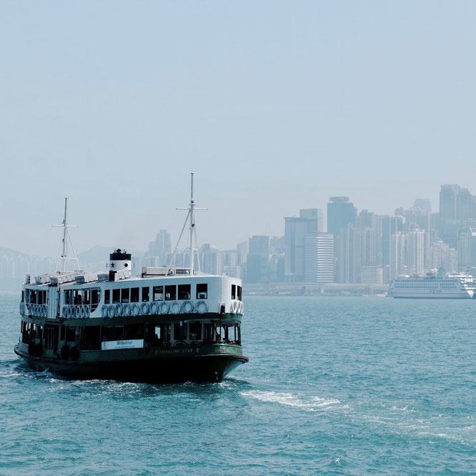 Star Ferry vor der Skyline von Hongkong