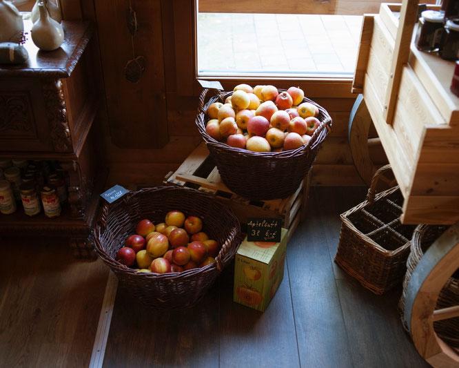 Äpfel in Körben im Hofladen der Obstwiese Schmitt