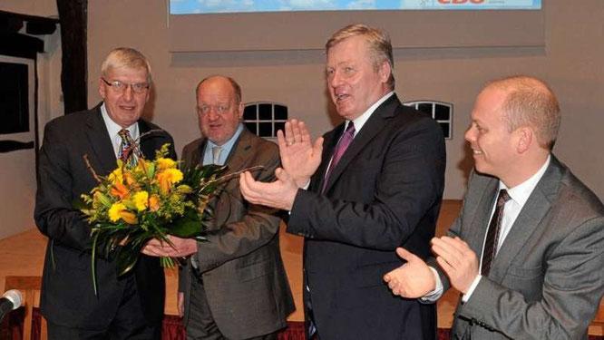 Bernd-Carsten Hiebing nimmt die Glückwünsche nach seiner Wahl entgegen Foto: Meppener Tagespost