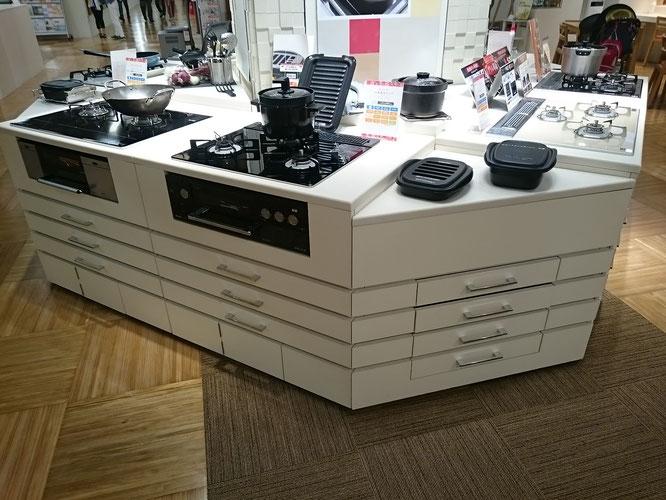 「プレミアムコンロ」のブースに新しい「デリシア3V」ナイトブラックの展示がありました。「ココット」と「ココットダッチオーブン」も併せてリニューアル。