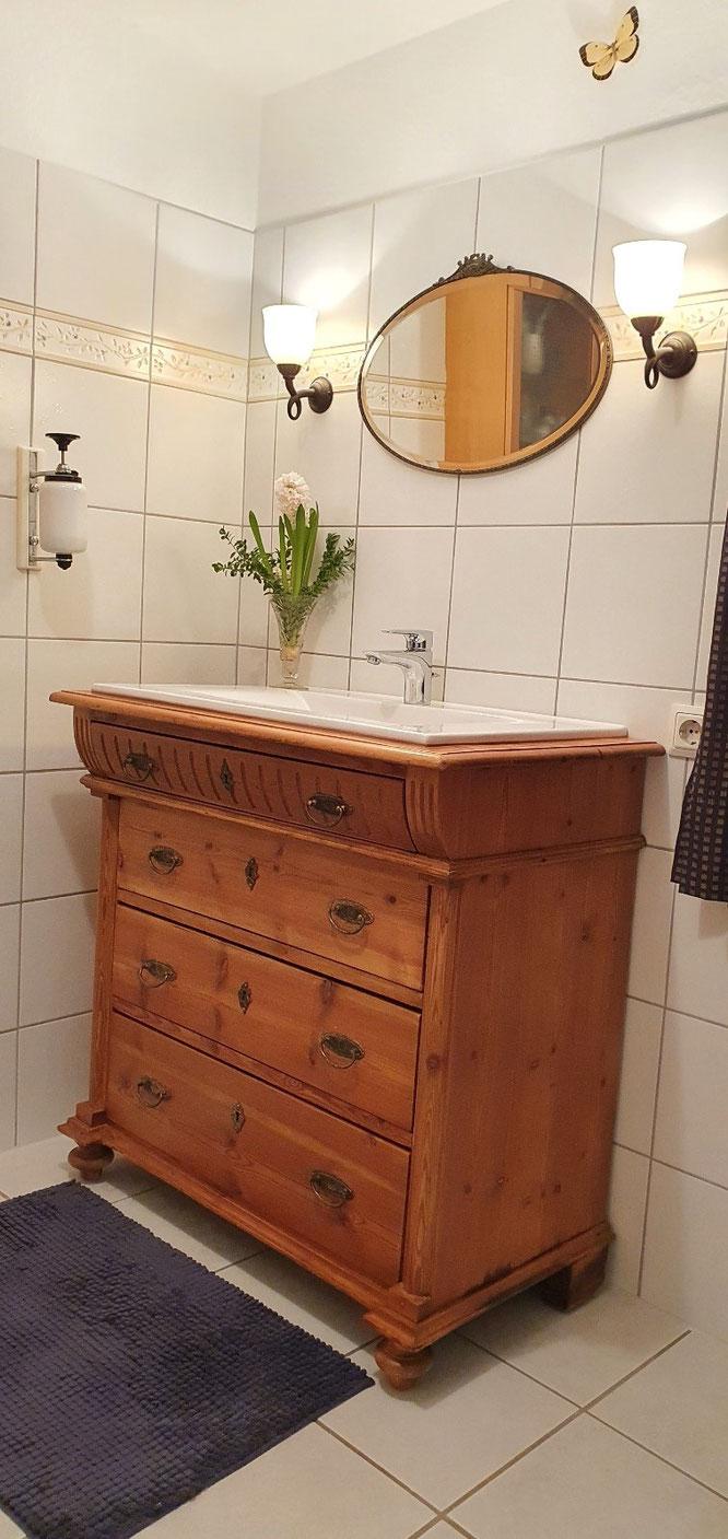 Landhaus Waschtisch restauriert und umgebaut von Land und Liebe