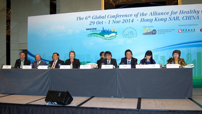 2014年に香港で開催された健康都市連合国際大会にて(左から2人目が千葉理事長)