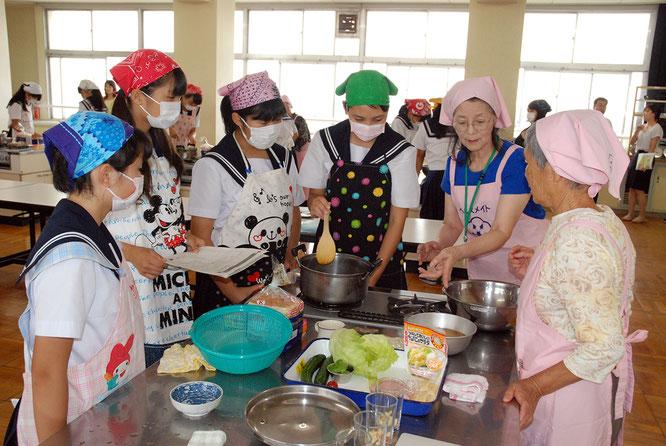デザートの作り方を食生活改善推進員の先生から教わる