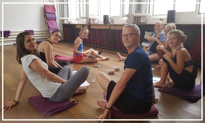 Von der Matte direkt ins Netz: Workshop mit der LehrerInnen-Crew im noa:yoga in Basel.