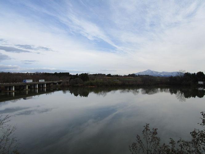今朝のうみまち。寒気が止み、久しぶりの青空。遠くに見える米山も冬の装いに。