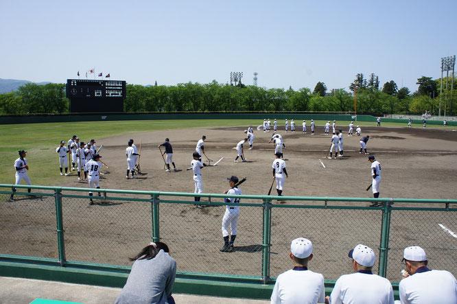 野球場にも元気な声が。試合前の高校球児たち