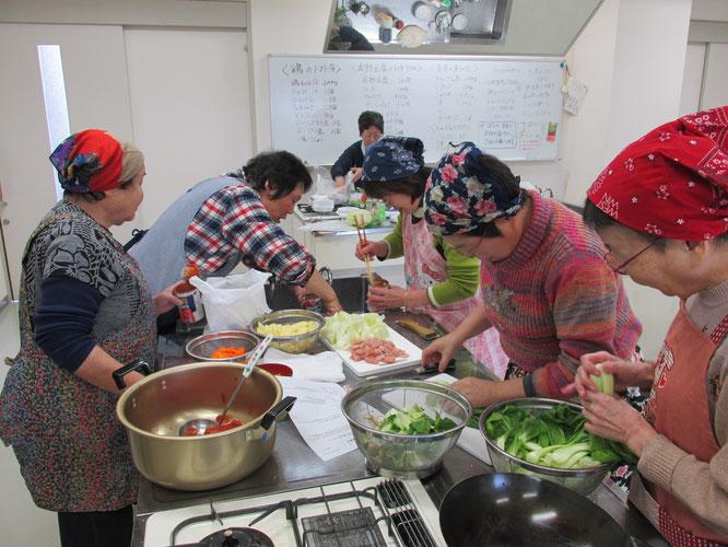 お気に入りのバンダナとエプロンを身にまとって料理に勤しむ参加者の皆さん