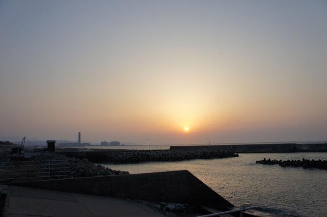 今日の夕刻は大潟漁港からの景色。この空気感。今年もやってきました