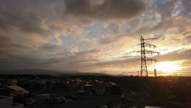 今日の夕刻。施設の屋上から。日暮れが早まってきました