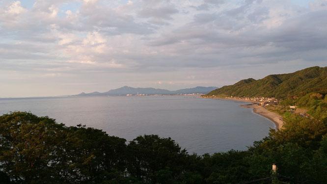 こちらは丘の上の東側。波一つない穏やかな日本海