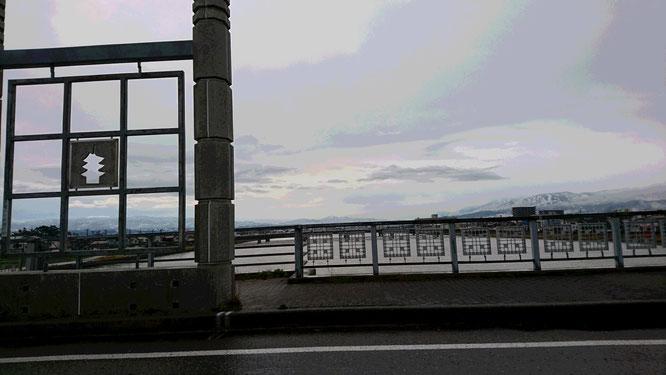 今朝の直江津・荒川橋にて。紅葉の南葉山も真っ白な雪に覆われていました。今年もモノトーンの冬が始まった?