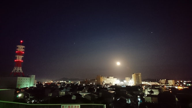 その後、エルマールの屋上へ。満月の明るさにビックリしました
