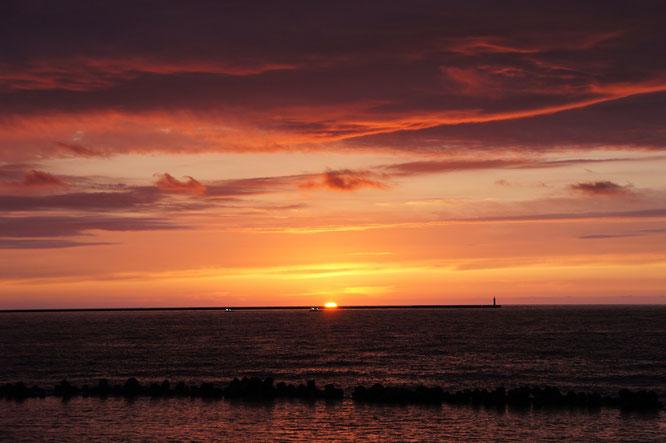 滑り込みセーフ。ちょっとだけ、水平線に沈む夕日を鑑賞。明日は気持ちの良い青空が望めそうです!