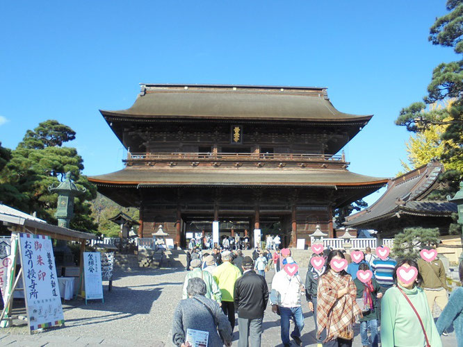 善光寺の山門を前に、背すじがスッと伸びました!