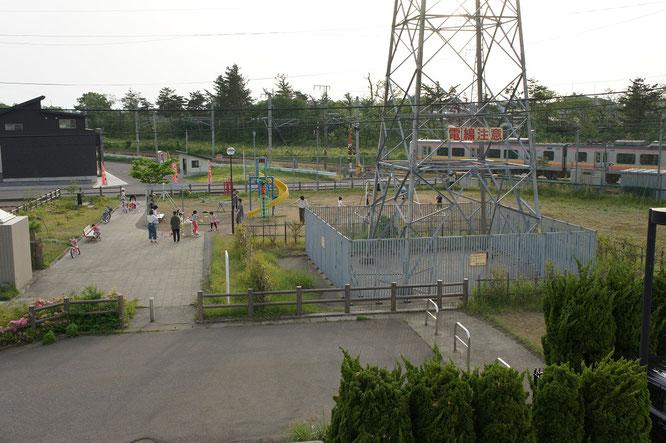 今日の夕刻の犀潟駅南公園。お隣からそっと、見守っていますよ!