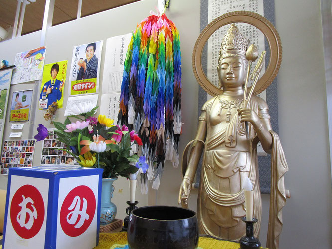 大潟町中学校の生徒さんからいただいた千羽鶴(画像をクリックすると大潟町中学校ホームページに移動します)