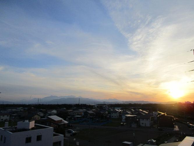 とっても久しぶりに屋上へ。時刻は夕刻5時。夕暮れが近づく西の空
