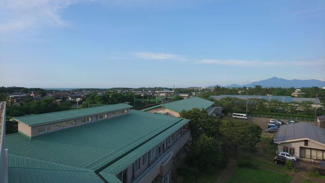 今日の夕方の屋上から。三角屋根の「米山」がくっきりと見えました