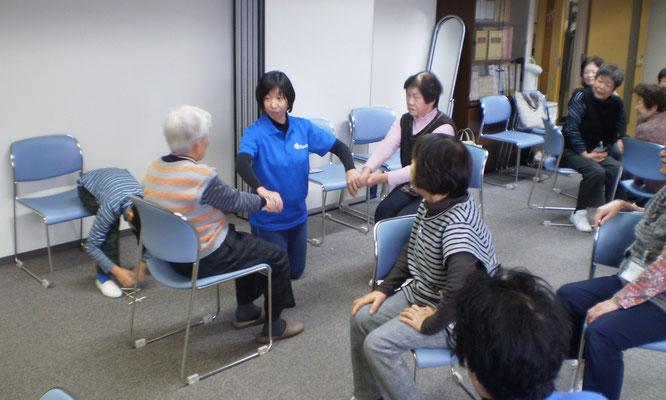 篠田先生の説明を聞きながら、箸拳に勤しむ参加者の皆さん。初めての遊びを体験し、新たな刺激を受けました