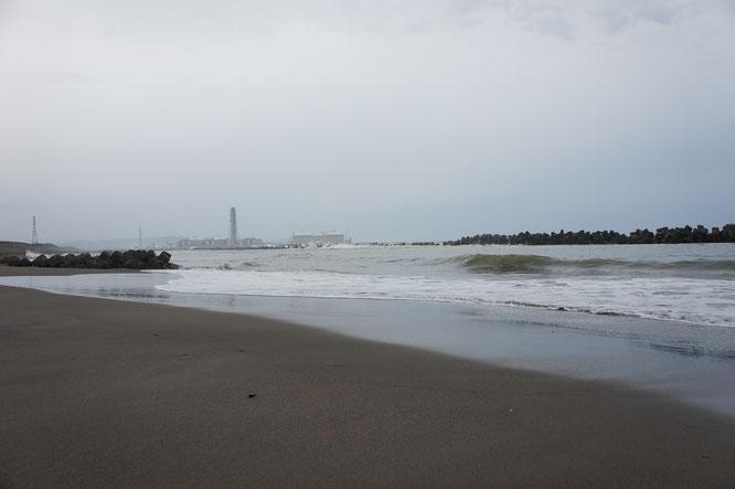 浜風が体に染みる夕方の犀潟海岸。数日前の陽気がうそのよう