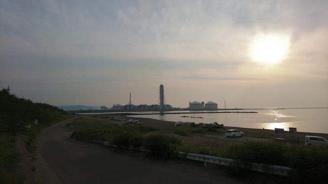 今日の夕刻。施設近くの海岸道路からの一枚。気がつけば、「夏の夕日」でした